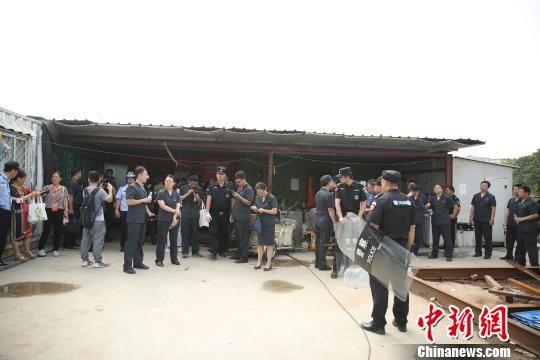 """图为7月24日,扬州两级法院亮剑""""老赖""""。扬州市中级人民法院供图"""