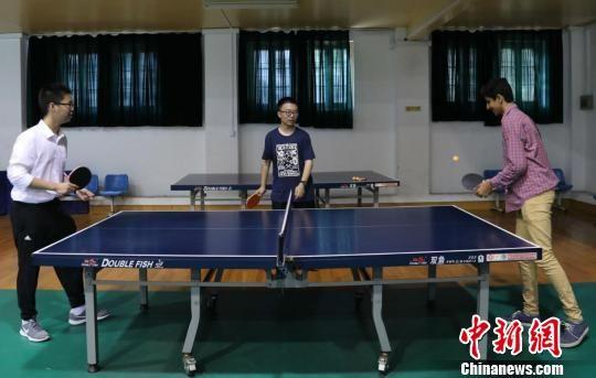 活动结束后,来自美国的中学生们还与中国的学生们一起打乒乓球。 泱波 摄