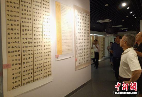 书法、篆刻展吸引了众多书法艺术爱好者前来观展。