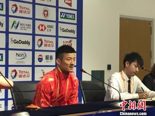 奥运冠军、中国选手谌龙在发布会现场接受媒体采访。 申冉 摄