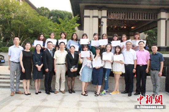 来无锡参加见习的台湾大学生们与无锡当地对接人员集体合影。