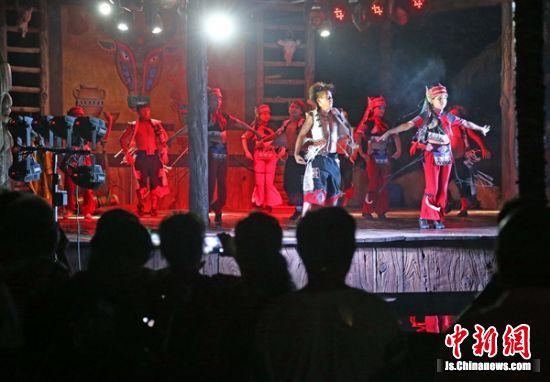 演员在舞台上载歌载舞。
