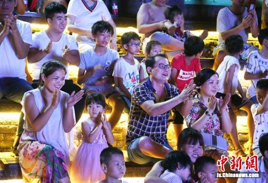 市民和游客在观看表演。