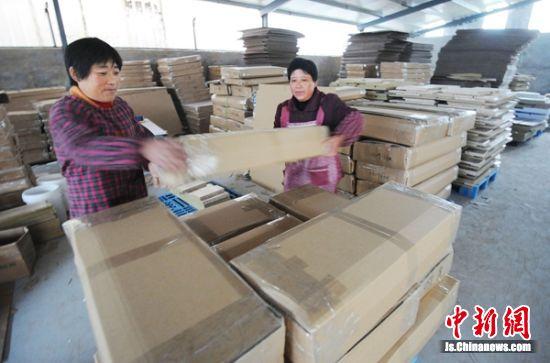 全国著名的淘宝村睢宁东风村,工人们忙着打包。 睢宁宣传部供图_副本