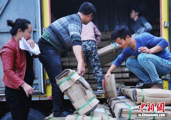 睢宁沙集镇电商工作者忙着装车发货。 睢宁宣传部供图_副本