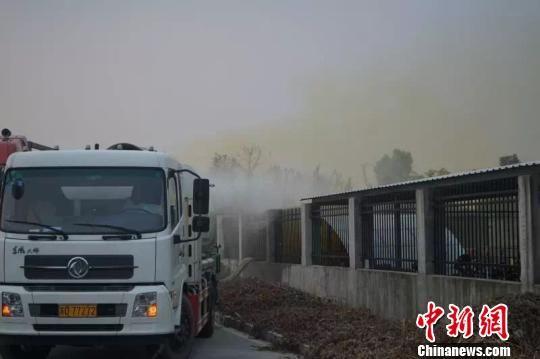 图为事发现场采用雾炮车加液碱中和产生的酸雾,防止酸性气体扩散。 澳门永利官网线上娱乐省环保厅
