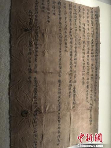 大部分丝织品上都墨书了人们的祈愿,用以包裹佛教供奉器物。 申冉 摄