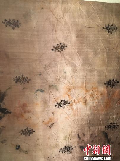 历经千年的丝绸上所绣花纹依然立体清晰、光泽可鉴。 申冉 摄