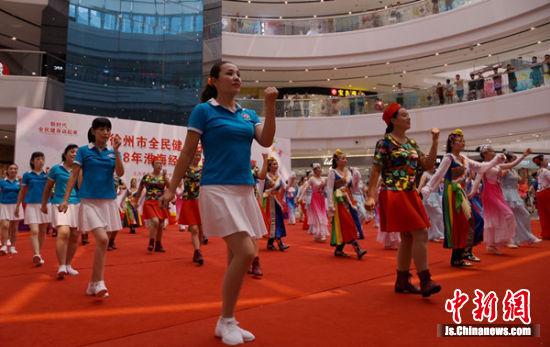开幕式上各代表队集体表演广场舞。_副本
