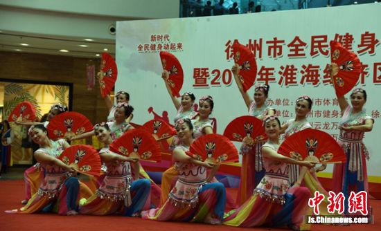 连云港市海州区文化馆群星艺术团表演《淮海戏情》。