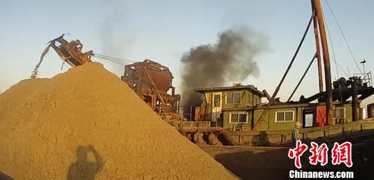 非法采砂对长江流域的生态环境造成了严重的危害。 执法视频截图 摄