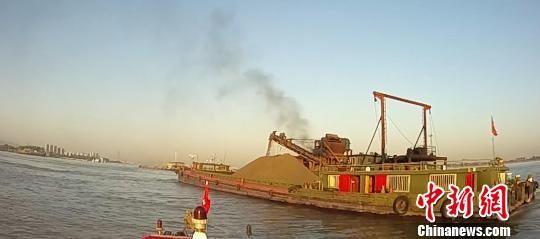 长江上的非法采砂船只。 执法视频截图