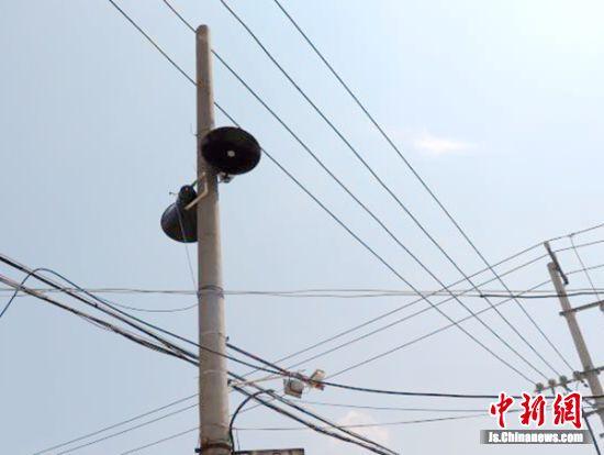 """线网中的大喇叭重新为沉寂的村庄带来""""声""""机与活力。 陈慧 摄"""