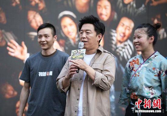黄渤和观众聊电影。