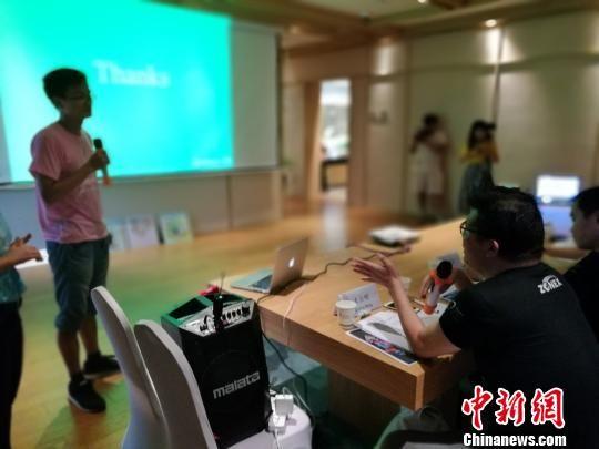 来自台湾的创业导师正在对计划中的不足进行指点。 钟升 摄