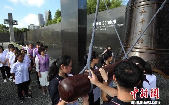 8月15日,南京民眾在侵華日軍南京大屠殺遇難同胞紀念館內敲響了和平大鐘。 泱波 攝