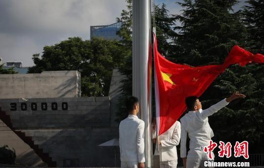 五星紅旗在紀念館內升起。 泱波 攝