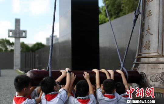 學生們撞響和平大鐘,祈禱和平。 泱波 攝