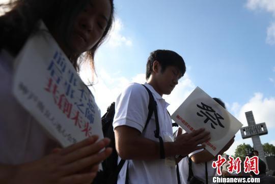 日本神戶·南京心連心會訪華團團員在悼念南京大屠殺死難者。 泱波 攝