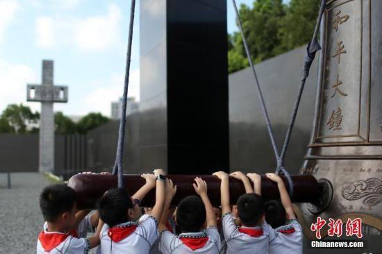 8月15日,南京小学生撞响和平大钟。 中新社记者 泱波 摄