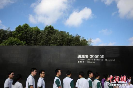 8月15日,南京中学生参观侵华日军南京大屠杀遇难同胞纪念馆。 中新社记者 泱波 摄
