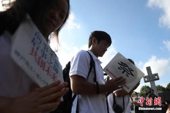 8月15日,日本神户·南京心连心会访华团成员悼念侵华日军南京大屠杀死难者。 中新社记者 泱波 摄