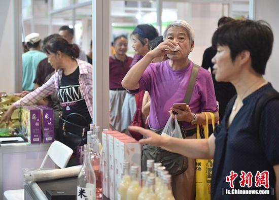市民在选购产品。