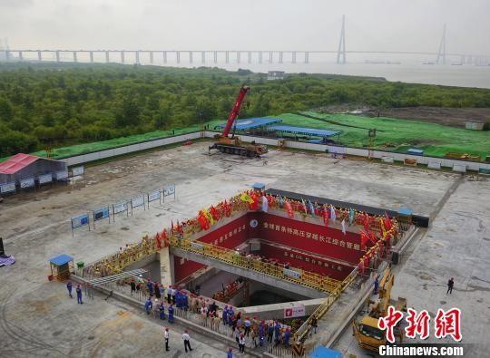 21日,淮南—南京—上海1000千伏交流特高压输变电工程苏通GIL综合管廊工程正式贯通。图为航拍工程贯通现场。 泱波 摄