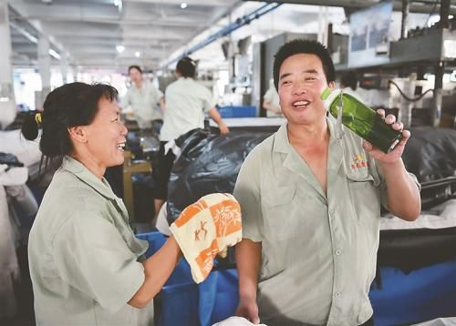 王生明夫妇在上海打拼多年,今年3月夫妻俩双双返乡就业,能照顾到家里的老人和孩子,家庭生活安逸无忧。