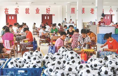 泗阳县庄圩乡王码村与县鑫汇体育用品公司签订入驻协议,开办王码足球厂,让全村160多人在家门口就业。