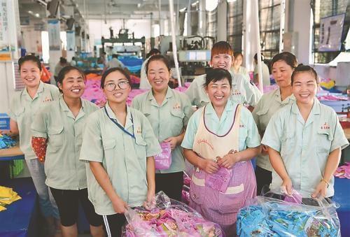 宿城区中扬镇扶贫产业园内的上海吉龙塑胶制品有限公司让当地1300多人就近就业,其中低收入农户300多人。