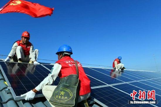 计成飞、计辉祖等党员突击队员检查屋顶光伏板的牢固度