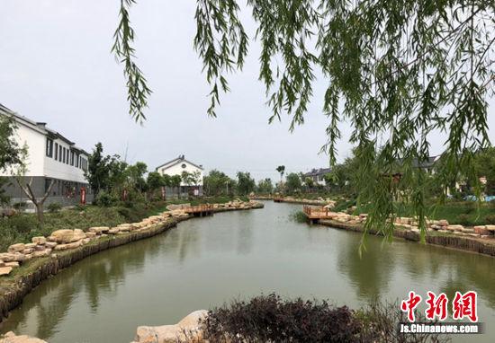错落有致的别墅群掩映在优美生态园林之中,这里的农村成了城里人羡慕的好地方。 朱志庚 摄影