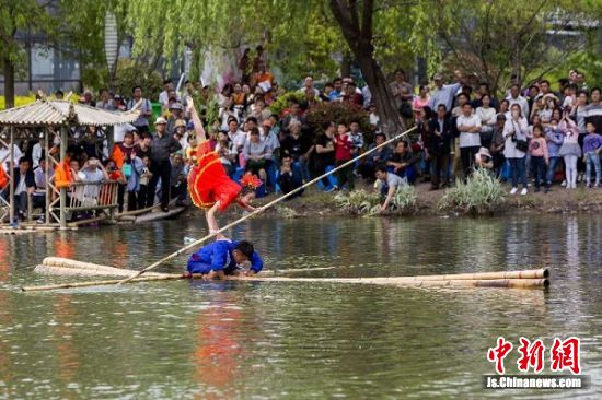 图为泰州秋雪湖的独竹漂表演 (徐义摄)