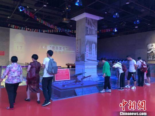 """73年前的今天,侵华日军(中国战区)投降签字仪式在南京举行。当天,参观者在侵华日军南京大屠杀遇难同胞""""三个必胜""""展厅进行参观。 朱晓颖 摄"""