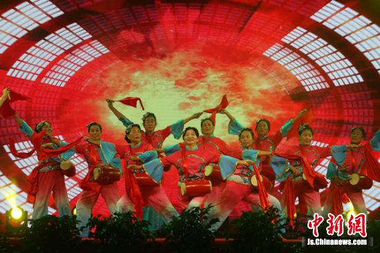 9月9日晚,澳门永利官网线上娱乐丰县广场舞爱好者在刘邦广场进行广场舞大赛。高荣光 摄