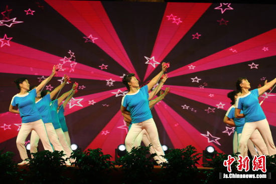 25支广场舞代表队进行了表演比赛.高荣光摄