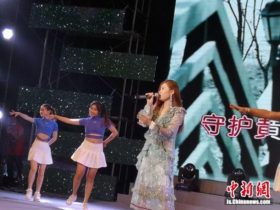 评委、著名歌手金钰儿演唱《放任爱》。 陆建国 摄