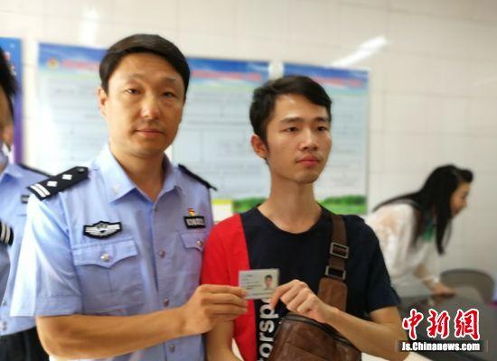 云龙湖景区公安分局党委书记、局长李勇军为第一个领取港澳居民居住证的香港同胞现场颁发证件。