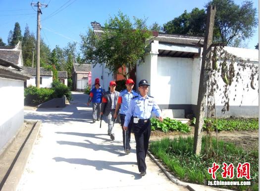 """图一泰州市姜堰区的""""小红帽""""义务巡逻队"""