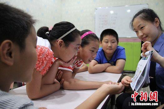 图三姜堰检察官向未成年人讲解自我防范知识