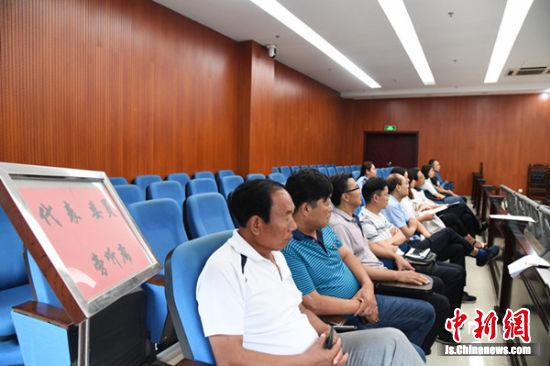 10余名县人大代表旁听庭审.