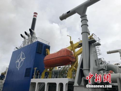 """停泊在启东船舶工业园码头的""""天鲲号""""。 叶攀 摄"""
