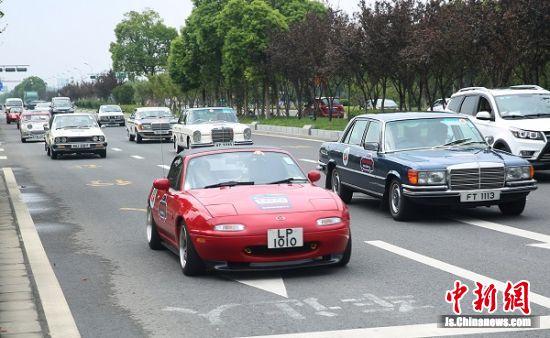"""""""老爷车""""车队在街头巡游。"""