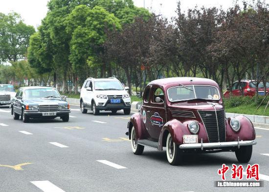 香港经典老爷车巡游。