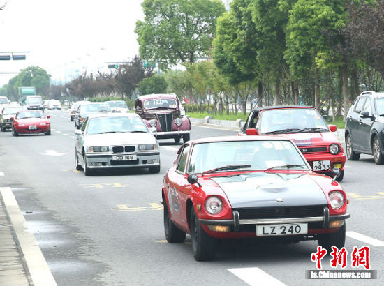 14辆香港经典老爷车全城巡游。