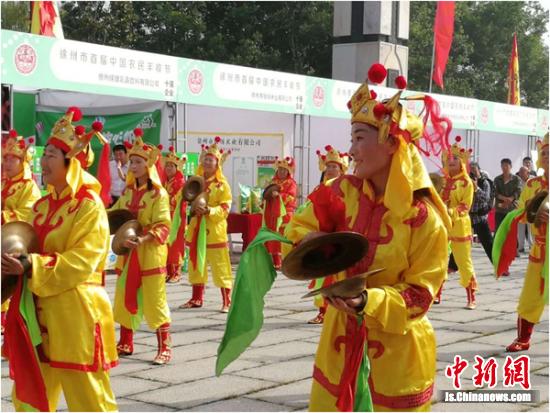 """马庄农民乐团现场表演,处处洋溢着""""农民丰收节""""的喜庆气氛。"""