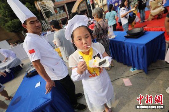 美味有学艺无锡20位萌娃向大厨拜师传承待遇小学教师工资图片