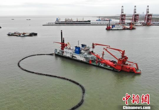 船舶进出滨海港,进行装卸货物等作业。 泱波 摄