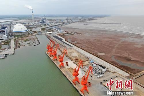 与周边港口相比,滨海港显得十分开阔和便利。泱波 摄